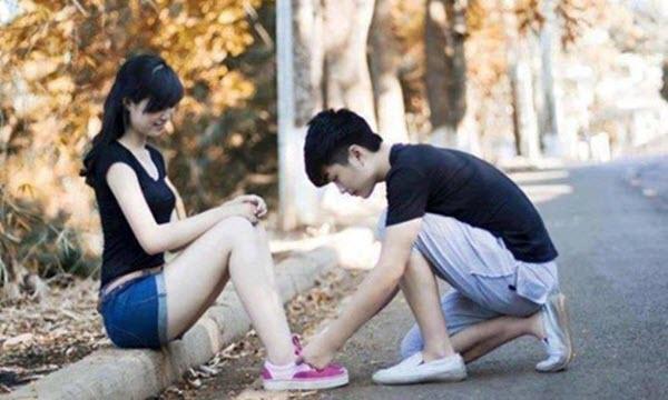 Buộc giày cho con gái